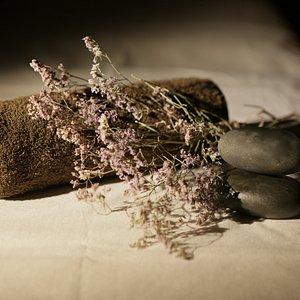 Использование экологичных природных материалов в программах ( Травы, масла и массаж горячими камнями)