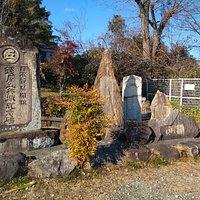 左側の石碑に名前が刻んで有ります。