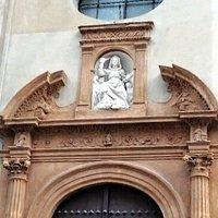 Altorilievo con l'effigie della Madonna del Soccorso armata di randello.