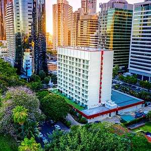 The hotel is located in the heart of the city, overlooking the City Botanic Gardens and Brisbane River