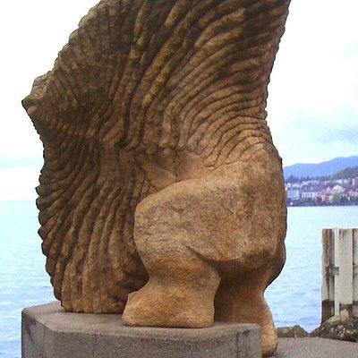 """Statue de Gaspard Delachaux """"Homme-poisson-volant"""" sur les quais de Montreux"""