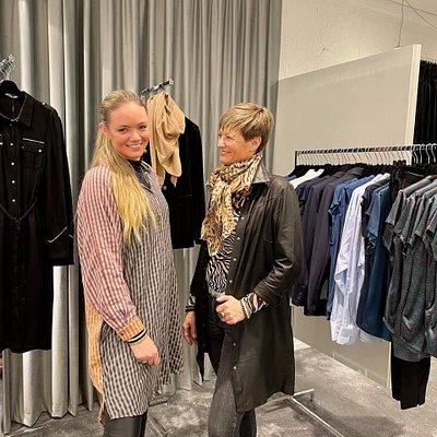 Christine og Marianne i butikken