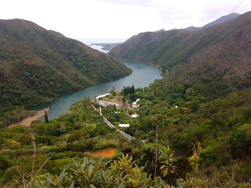 L'usine produisant l'électricité grâce au barrage de Yaté plus en amont