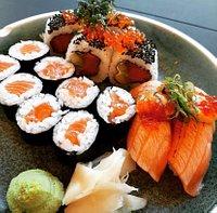 Charm Sushi ∙ Sticks ∙ Thai tilbyder lækre frokosttilbud som dette, hvor du kan få 14 stykker sushi med laks til blot 95 kr.