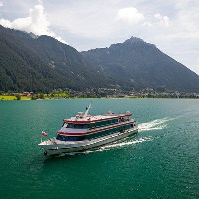 Die MS Tirol auf dem Achensee, unterwegs Richtung Pertisau.