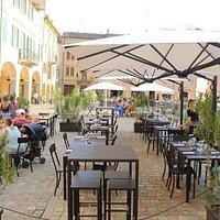 Pranzo, aperitivo o cena nel dehor nella bella Piazza Garibaldi, nel cuore del centro di Carpi.