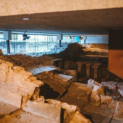 Caldarium (salle avec des bassins d'eau chaude faisant partie des thermes publics) a été dégagé en 1981 à l'occasion des travaux de la patinoire. Uniquement avec visite guidée.