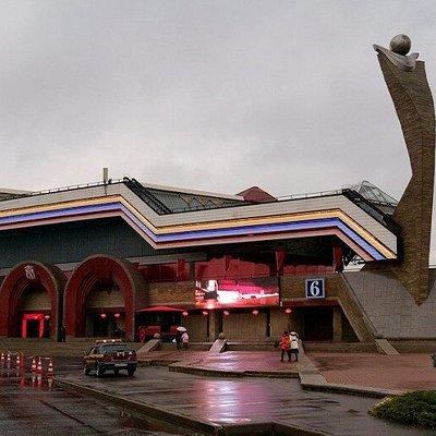 """Вход в 6-й павильон Ленэкспо, где расположен бильярдный клуб """"Цинь""""."""