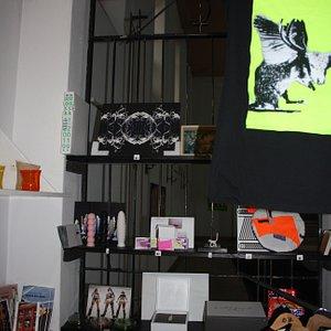 Kunstverein Neuhausen e.V. SCHWARZMARKT / BLACK MARKET 20.06.2020 - Ende der Covid-19 Pandemie.  Der SCHWARZMARKT ist das Ergebnis eines Mangels; des Mangels an Sichtbarkeit und Präsenz von Kunst und Kultur.   Online-Shop: https://kvnneuhausen.com/2020/06/25/schwarzmarkt/