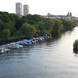 Il canale con l'area verde e il percorso pedonale
