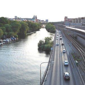 Il canale con a destra strada e ferrovia a sinistra area verde e percorso pedonale