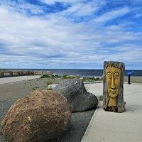 Promenade, vous y verrez de nombreuses sculptures en bois flotté.  La ville de Sainte-Anne-des-Monts est reconnue pour son Festival de Bois Flotté qui a lieu à chaque année.  Ces objets de bois rappellent la mer.