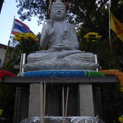 Der Buddha im Garten von Wat Dhammabharami Dortmund (1)