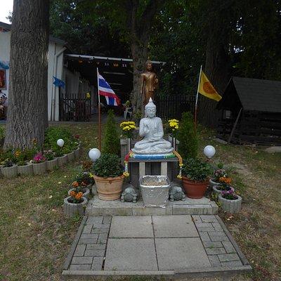 Der Buddha im Garten von Wat Dhammabharami Dortmund (2)