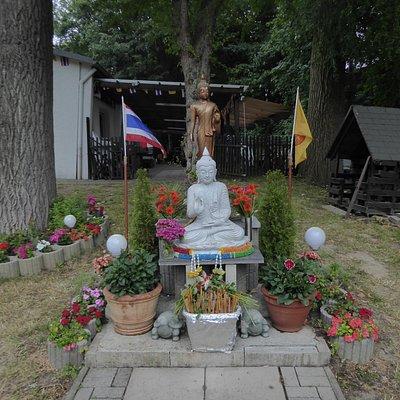 Der Gartenbereich mit Buddha vom buddhistischen Tempel Wat Dhammabharami Dortmund (2)