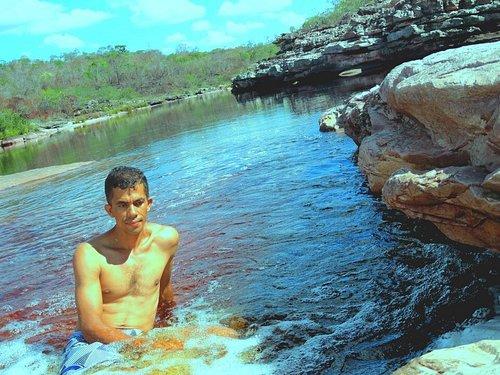 As grandes piscinas naturais nas trilhas de Ibicoara são partes de um complexo de belezas da chapada diamantina. São lagos de águas rasas e profundas, com um toque colorido através dos componentes orgânicos. Águas refrescantes e temperaturas agradável pra e banhar, fotografar e contemplar as maravilhas da natureza. João Ibicoara