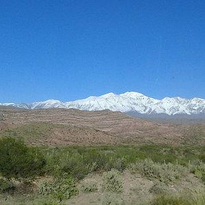 Vista Cerro del Plata y cordón homónimo.