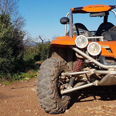 Bulldog Buggies biedt een onvergetelijke begeleide buggy-tour in het mooiste gebied van de Algarve, Silves! Welkom bij een geweldig avontuur! Onze 500cc buggy's nemen je mee door bossen, paden en rivierbeddingen. Je ervaart adembenemende landschappen, dieren in het wild en panoramische uitzichten. We zijn makkelijk te bereiken vanaf plaatsen als Lagoa, Carvoeiro, Armação de Pêra, Albufeira, Portimão, Lagos etc.