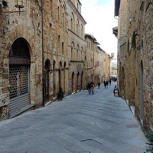 Via San Matteo ripresa dalla sua estremità sud (centro città) con vista verso la porta omonima