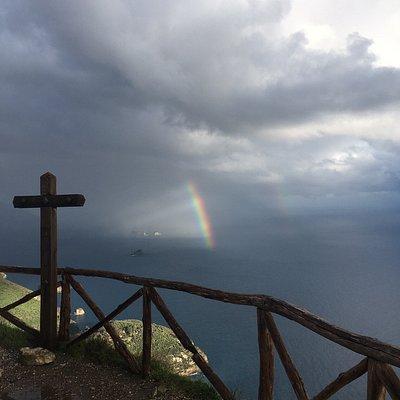 Una chiesa che si trova su un punto panoramico di Massa Lubrense. Per me: un posto meraviglioso dove il vento ti accarezza e puoi vedere il mare e dopo una leggere pioggia anche l'arcobaleno