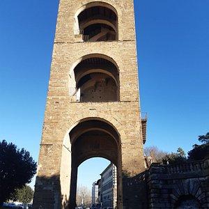 La Porta-torre di San Niccolò al centro della Piazza Poggi.  Sulla destra le fontane e le Rampe per il Belvedere di Piazzale Michelangelo