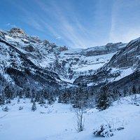 Gavarnie-Gèdre allie le calme de la montagne aux plaisirs de la neige... Un vrai paradis blanc ! Sur les traces des plus illustres pyrénéens, vous découvrirez cette merveille de la nature en raquettes ou simplement à pied. Vous ferez glisser les tout-petits dans une luge et pourquoi pas engager une mémorable bataille de boules de neige ?