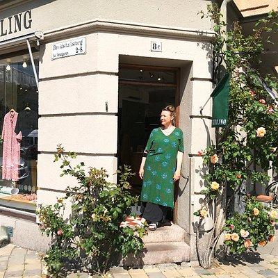 På hörnet Davidshallstorg och Kärleksgatan ligger butiken Liebling. Här hittar du Lieblings egen kollektion och utvalda märken. Liebling jobbar med långsamt mode, hållbarhet och tidlös design.