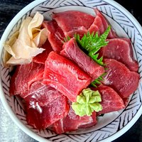 本鮪赤身鉄火丼 とにかく豊富なメニューはどれも魅力的 大きな焼き鮭と山盛りイクラの親子丼と迷いに迷った結果 鉄火丼 海鮮丼もすごく良いんだけど、今回はマグロの赤身だけをガッツリ