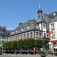 Das Alte Rathaus befindet sich am Marktplatz in der Innenstadt.