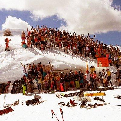 Naše nápady a originální vychytávky vytvoří tu pravou festivalovou atmosféru, takže máš spoustu příležitostí potkat nové přátele a užít si Alpy v partě lidí, které stejně jako Tebe baví lyžování, snowboarding a zimní radovánky