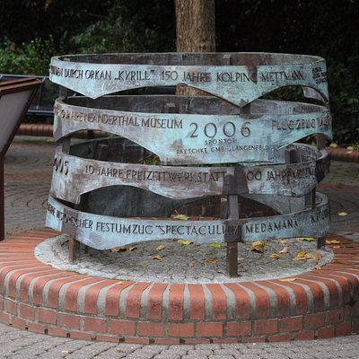 Die Mettmanner Erinneringe sind das weltweit einzige wachsende Denkmal. Jedes jahr stimmen die Bürger über die Ihnen wichtigsten Ereignisse des Vorjahres ab, die auf dem bronzenen Kunstwerk verewigt werden.