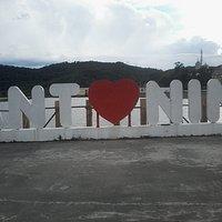 Placa do nome da cidade no pier
