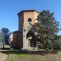 """La cappella sorge contigua alla frazione di Quinciano, lungo il percorso """"moderno"""" della Via Francigena. Qui una veduta frontale."""