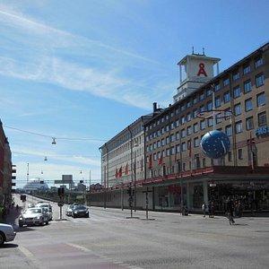 La via e sullo sfondo la sagoma dell'Ericsson Globe Arena
