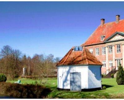 Nysø Gods set fra havesiden. I haven står det atelier, som baronesse Christine Stampe fik opført til billedhuggeren Bertel Thorvaldsen i sommeren 1839