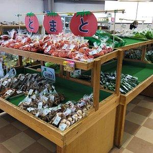 農産物直売所。とれたて野菜がいろいろ。