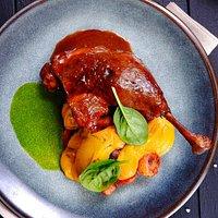 Пряная утка конфи с нежным морковным пюре, глазированной морковью и цукатами. Подается с соусом демигляс.
