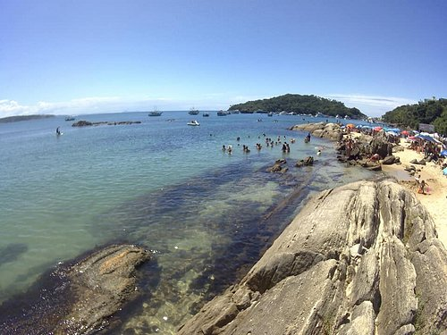 Praia da Lagoinha Bombinhas - SC areia clarinha com Mar cristalino e manso