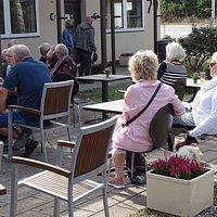 Nyd en øl eller et glas vin fra LF vin og bryg på terrassen foran Café Købmandsgården.