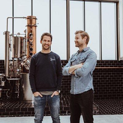 Die Destille der Hamburg Distilling Company mit den beiden Gründern Martin und Kaspar.