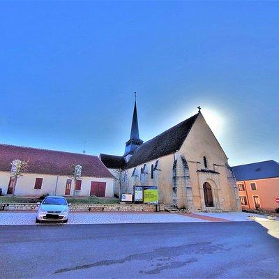Une église romane typique de la région, son chevet, le chœur et le transept ont été préservés. Au 19ème siècle, la façade Ouest sera reconstruite, enlevant un brin d'authenticité à l'édifice, mais l'essentiel a été sauvegardé. La meilleure vue sur l'édifice est à l'Est, faire le tour de l'église peut convaincre l'indécis d'y pénétrer.