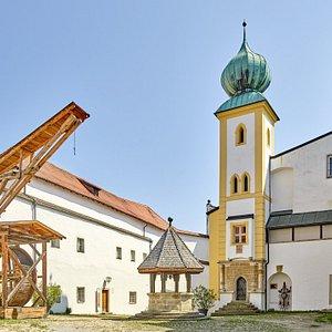 Innere Burghof mit Georgskapelle, Burgbrunnen und  Tretradkran  Foto: Marcel Peda