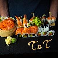 Stelle dir deine eigene Sushi-Platte zusammen aus Makis, Nigiris, Sashimi und mehr.