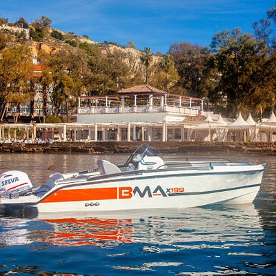 Boat Málaga offers you the best new boats to rent with or without a navigation license. Enjoy the bay of Malaga.