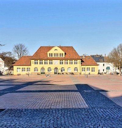 Der schöne Siegfriedsplatz mit der Bürgerwache....hier finden der Wochenmarkt und im Sommer allerlei Stadtfeste und Flohmärkte statt.......