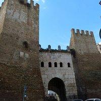 Porta Tiburtina affiancata dalle 2 torri rifatte nel XVI secolo