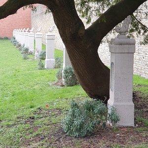 """Beluik der gefusilleerden, beschermd monument, ook """"Hof van Aurora"""" genoemd, opgericht ter nagedachtenis van de dertien terechtstellingen die hier tijdens de Eerste Wereldoorlog werden uitgevoerd."""