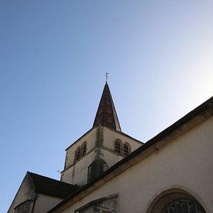 L'église possède un toit en tuiles vernissées