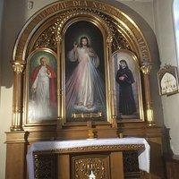 Ołtarz Bożego Miłosierdzia - w nawie bocznej z prawej strony kościoła.