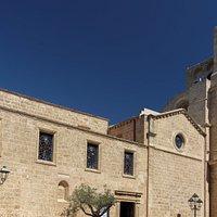 Parte della facciata della chiesa, col campanile-torre dell'orologio del XVIII secolo